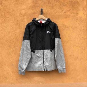 Nike Air hoodie i trevligt använt skick. Kan hämtas i Uppsala eller skickas mot fraktkostnad. Storlek XL.