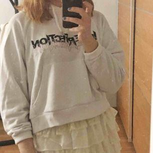 """Säljer en jättefin hoodie från monki. Väldigt sparsamt använd och i bra skick. På tröjan står det """"imperfection is perfection"""" ⚡️ jag står för frakten!"""