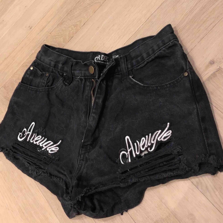 Snygga svarta slitna shorts 🔥 Sitter som en smeck och är high waisted!. Shorts.