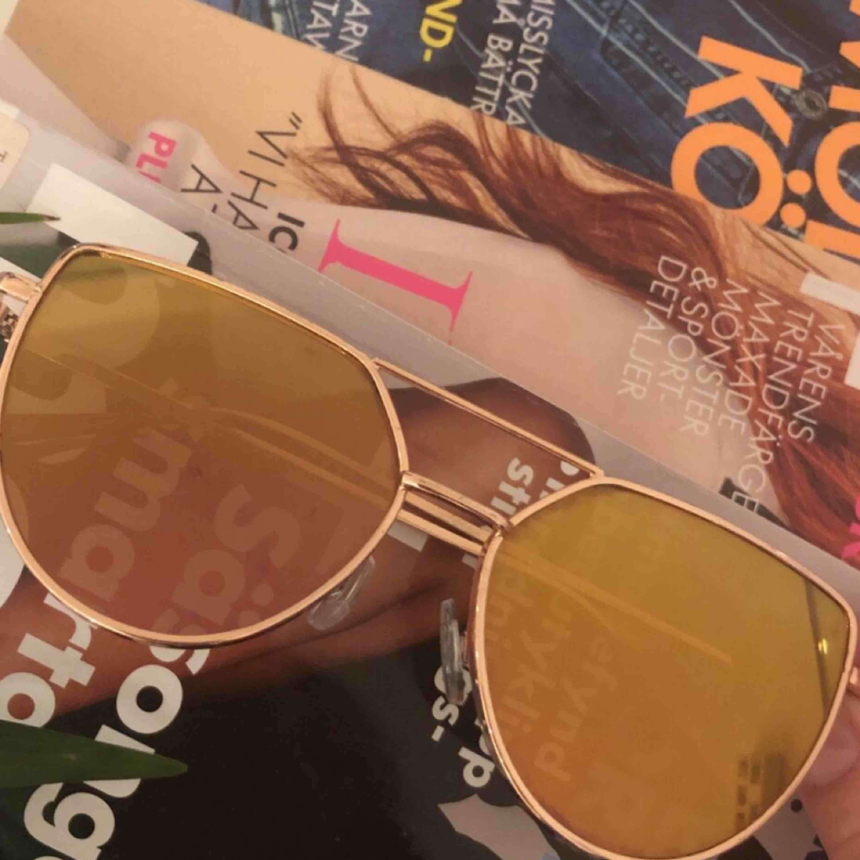 Fräcka solglasögon ☀️ Bågarna och glaset är roseguld färgade och passar perfekt till sommaren!. Accessoarer.