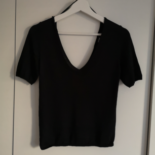 Svart tight t-shirt från BikBok. Snygg v-ringning. I priset ingår frakt! Billigare vid köp av fler eller upphämtning i Linköping! 🌻