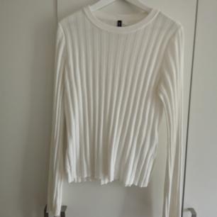 Snygg oversized vit topp! Passar perfekt till ett par jeans för en avslappnad look! I priset ingår frakt🌻