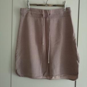 Fin kjol från BikBok! Passar perfekt till en vit topp nu i sommar 😍 superskön och med knytning i midjan! I priset ingår frakt 🌻