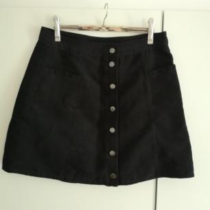 Superfin svart kjol i moccaimitation och silverdetaljer! I priset ingår frakt 🌻