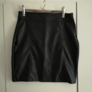 Svart skinnkjol från Ginatricot! Supersnygg tight med dragkedjor på sidan 😍  I priset ingår frakt 🌻