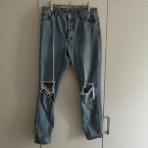 Jeans från monki! Avslappnad passform med slitningar över knäna 😊 i priset ingår frakt 🌻
