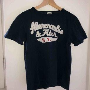 """Muscle"" t-shirt från Abercrombie & Fitch i bra skick. Herrstorlek men vem som helst kan använda den såklart, möts upp i Stockholm :)"