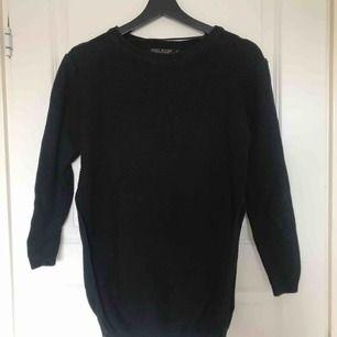 Stickad tröja med slit på sidorna  Frakt: 59kr