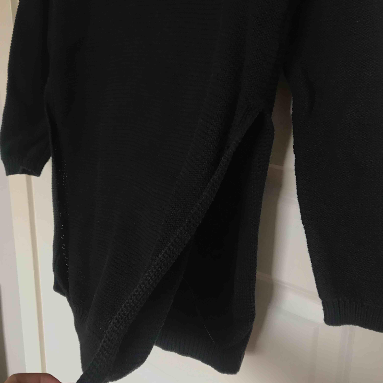 Stickad tröja med slit på sidorna  Frakt: 59kr. Stickat.