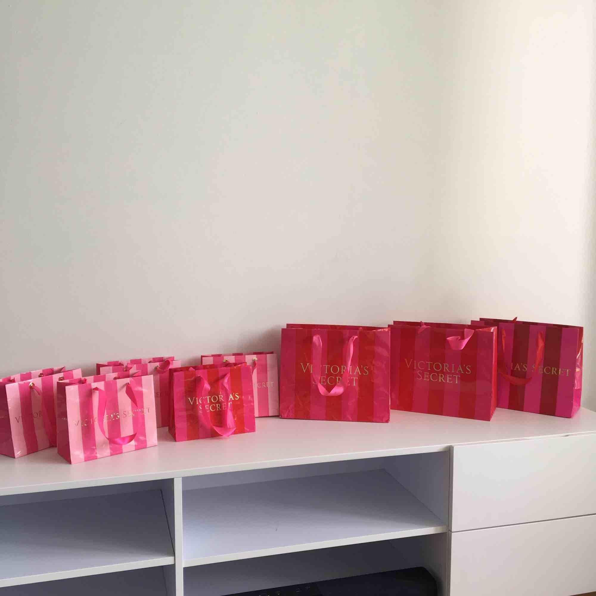 5 små kartongpåsar, 3 stora kartongpåsar från Victorias secret. Eventuell frakt tillkommer 💖 Kolla gärna mina andra annonser🌟🍓. Väskor.