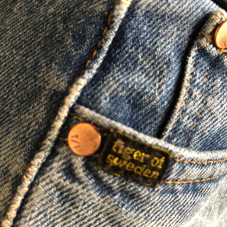 tiger of sweden-byxor. nypris 1000kr. jättesköna men säljer för de har blivit för stora på mig. hål på knät och på rumpan.. Jeans & Byxor.