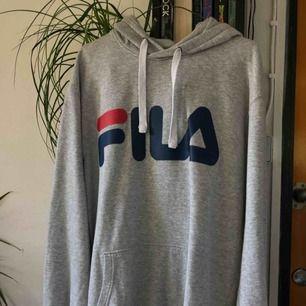 äkta FILA hoodie, knappt använd. kan skicka fler bilder. frakt tillkommer och pris är förhandlingsbart.