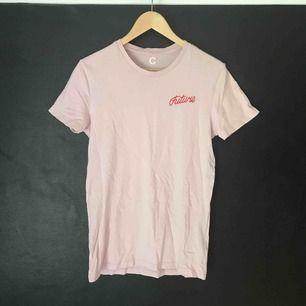 """Rosa t-shirt från Cubus. Knappt använd. Röd text på framsidan """"Future""""."""