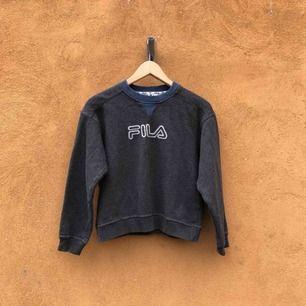 Äldre tröja från Fila. Längd 48cm. Kan hämtas i Uppsala eller skickas mot fraktkostnad 157/162 på lappen