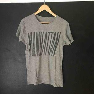 """Grå t-shirt från Lager 157. Trycket säger """"MANHATTAN""""."""