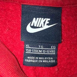 Sjukt mysig Nike tröja som är i storleken XL i barnstorlek men passar alla mellan XS och M enligt mig.Nästan helt ny därav priset.120kr inkl frakten.😊