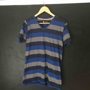Randig v-ringad t-shirt från Espirit. Storlek står ej men uppskattningsvis M/L.