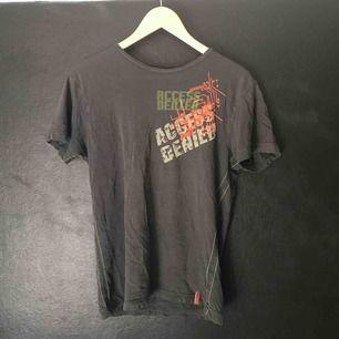 Mörkgrå t-shirt från Jack & Jones i begagnat skick. Storlek står ej men uppskattningsvis S/M.