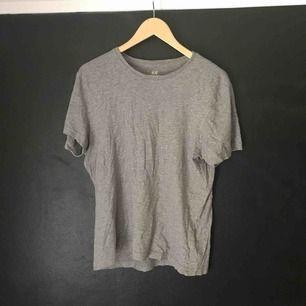 Grå tshirt från H&M i begagnat skick.