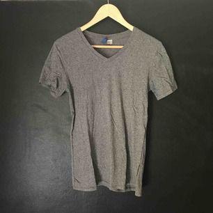 Grå v-ringad t-shirt från H&M.