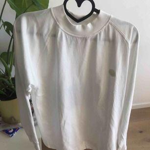 En långärmad tröja från acne studios blå konst kollektionen. Storleken är xxs men den är mycket oversized och skulle passa S och M.