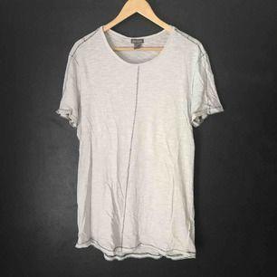 Vit t-shirt från H&M med svarta sömmar. Nyskick. Står storlek S men passar L.