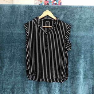 Supergullig luftig skjorta från Monki! Möts helst i Stockholm, annars tillkommer frakt