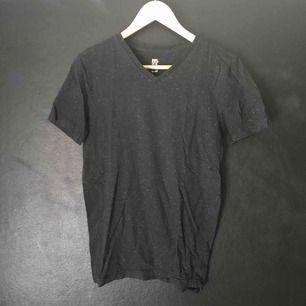Svart v-ringad H&M t-shirt med små vita prickar. Nyskick.