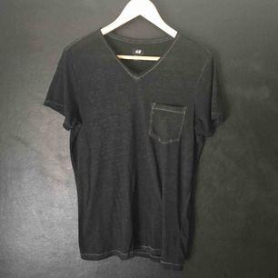 Svart v-ringad H&M t-shirt i tunnt och luftigt tyg.