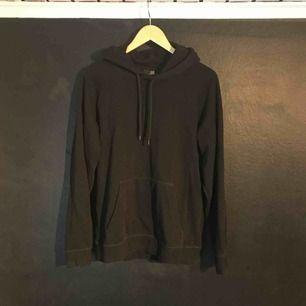 Svart H&M hoodie i helt nyskick. Frakt 72 kr.