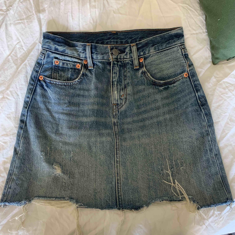 Säljer nu denna fina jeanskjol från Levis. Användes väldigt mycket men är i fint skick. 😊 köpare står för frakt! . Kjolar.