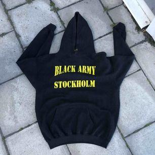 Mycket väl använd och urtvättad hoodie från året då Black Army fyllde 20 år. Kan hämtas i Uppsala eller skickas mot fraktkostnad