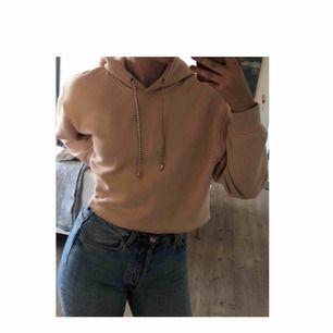 Säljer en super snygg beige kroppad hoodie ifrån & other stories Den är endast använd 1 gång och är i nyskick Storleken skulle jag säga är mellan XS-M då den är i en boxig modell Super snygga band med diamanter på och världens mjukaste material på insidan