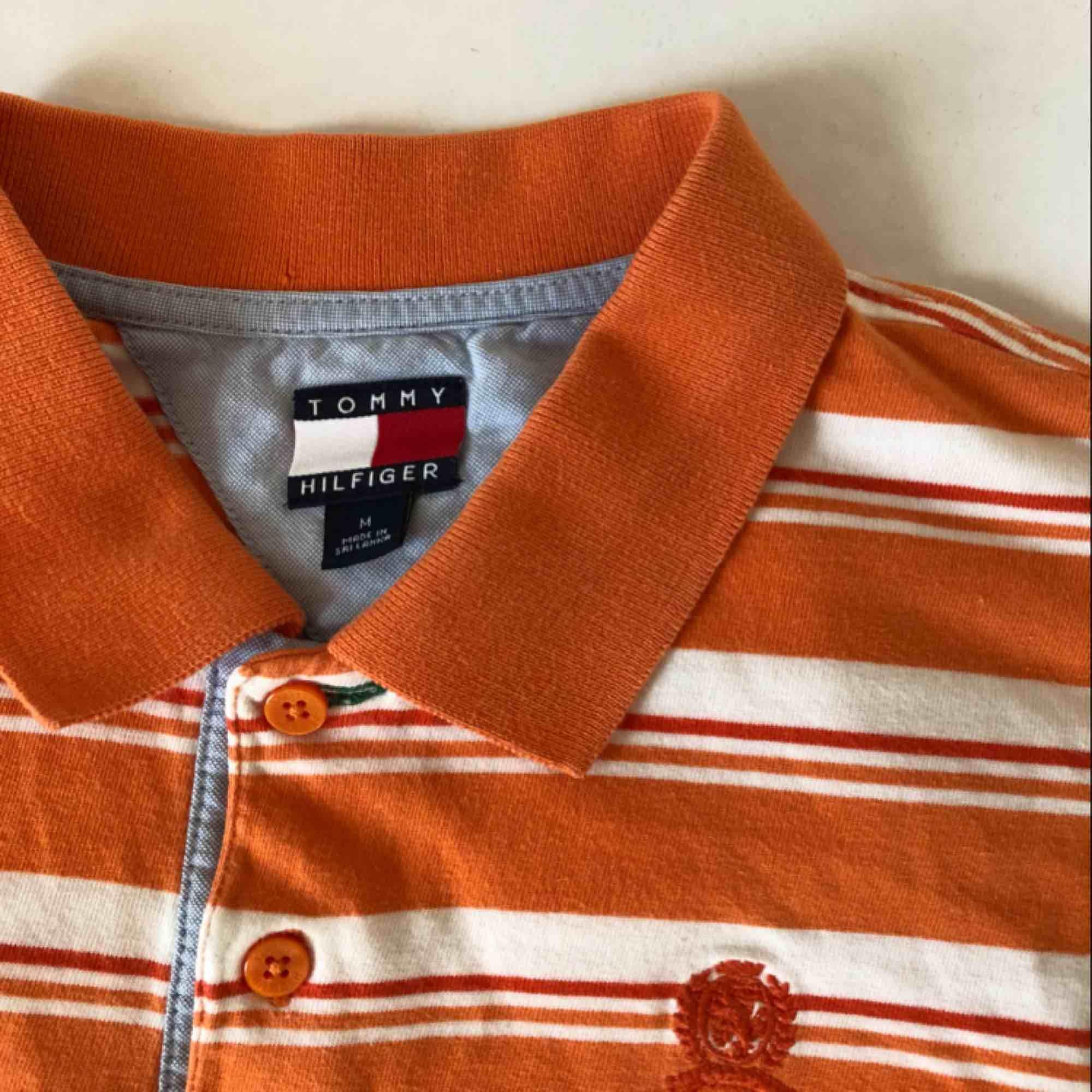 Svinsnygg orange tröja från Tommy Hilfiger! Tröjan är vintage och köpt på beyond retro. Frakt ligger på 40 kr🧡🧡. Toppar.