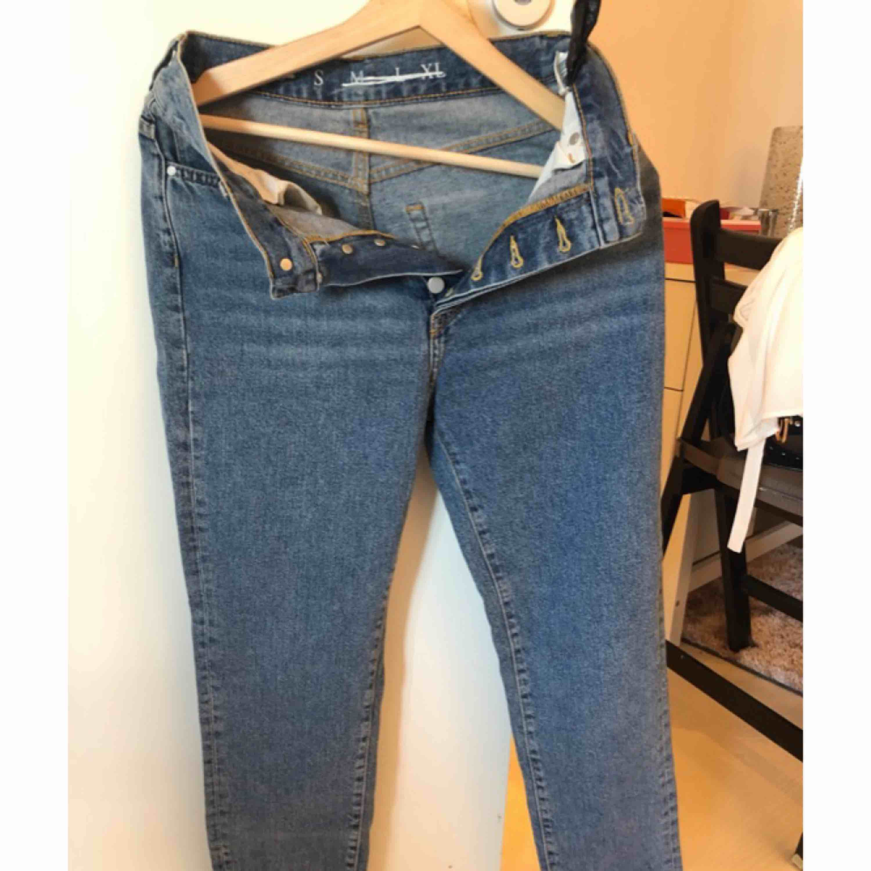 Mom jeans från bikbok. Aldrig använda. Jeans & Byxor.