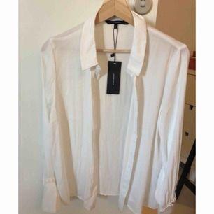 Tunn skjorta med volang ärmar från vero moda. Aldrig använd