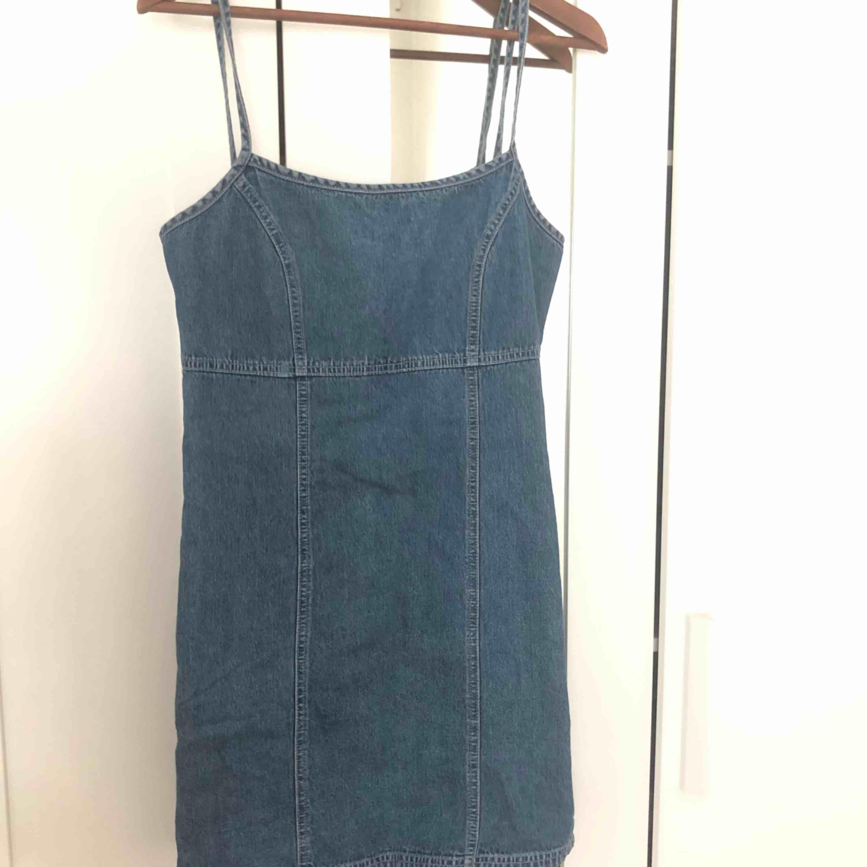 Köpt på Beyond Retro. Fin klänning som passar både sommar/höst. Storlek M. Klänningar.