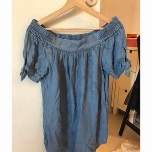 Offshoulder klänning i denim från forever21. Aldrig använd
