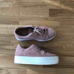 Jättesnygga rosa sneakers med platå, knappt använda. Storlek 36