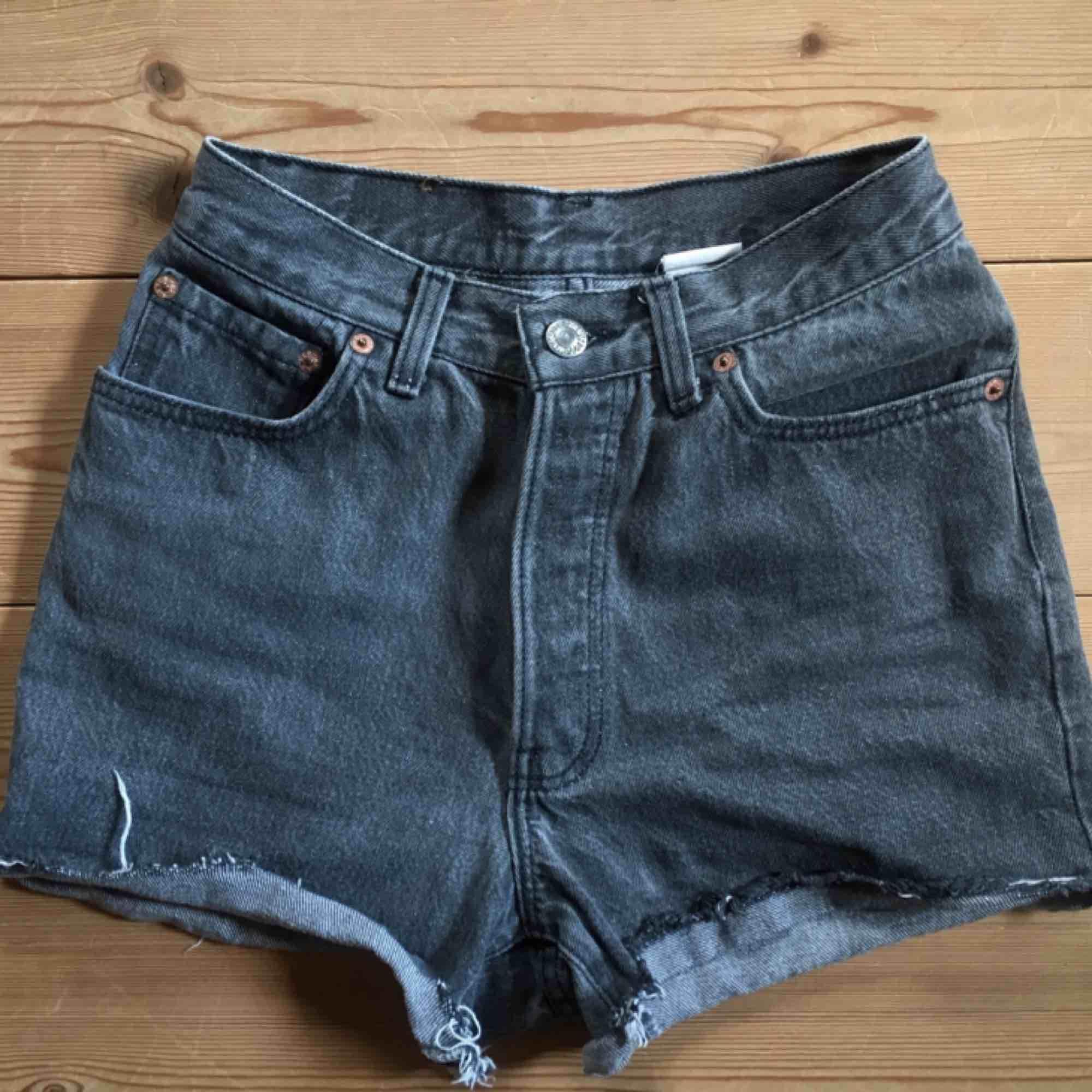 Superfina högmidjade gråsvarta Levi's shorts! 🤩 Säljer pga för små för mig :( . Shorts.
