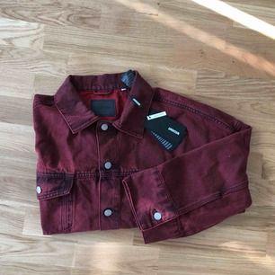 Vinröd jeansjacka från Weekday, storlek Medium. Oanvänd, prislapp kvar.