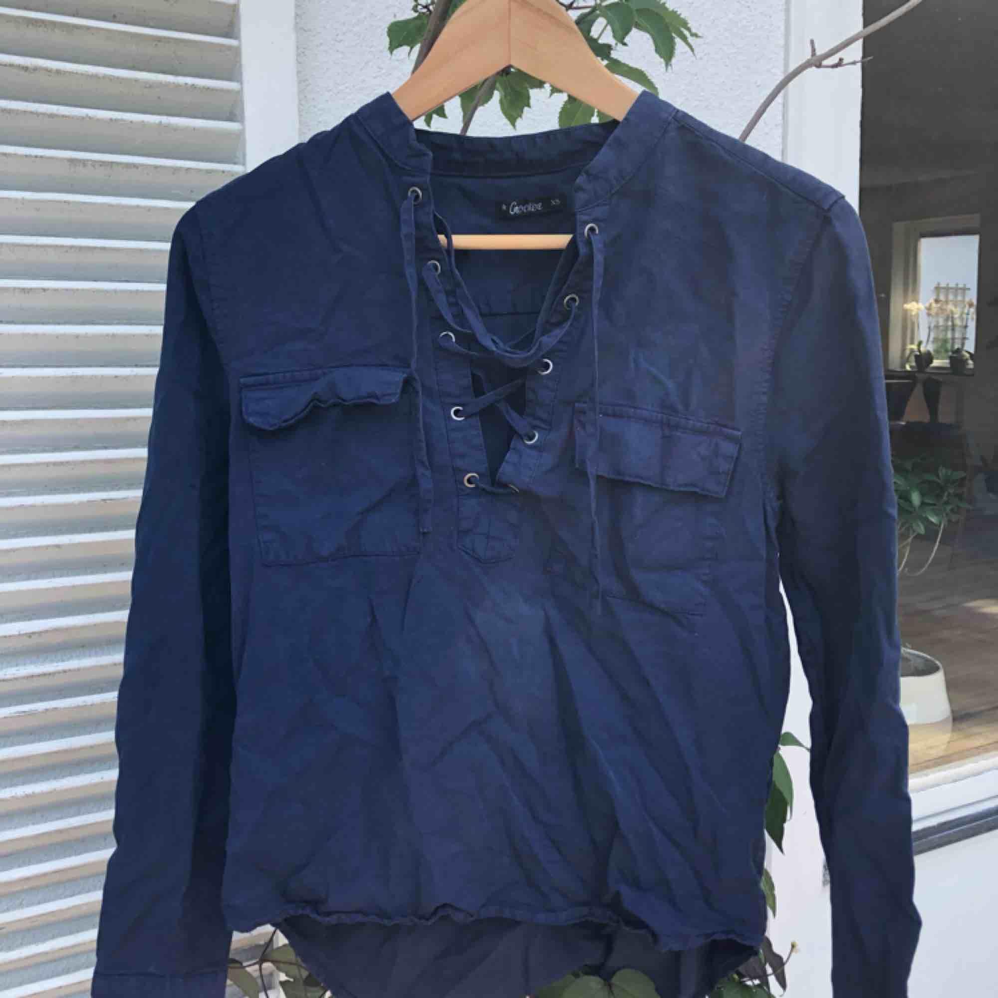 Jättefin skjort tröja i supersnygg mörkblå färg (beskrivs bäst i den första bilden) . Skjortor.