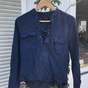 Jättefin skjort tröja i supersnygg mörkblå färg (beskrivs bäst i den första bilden)