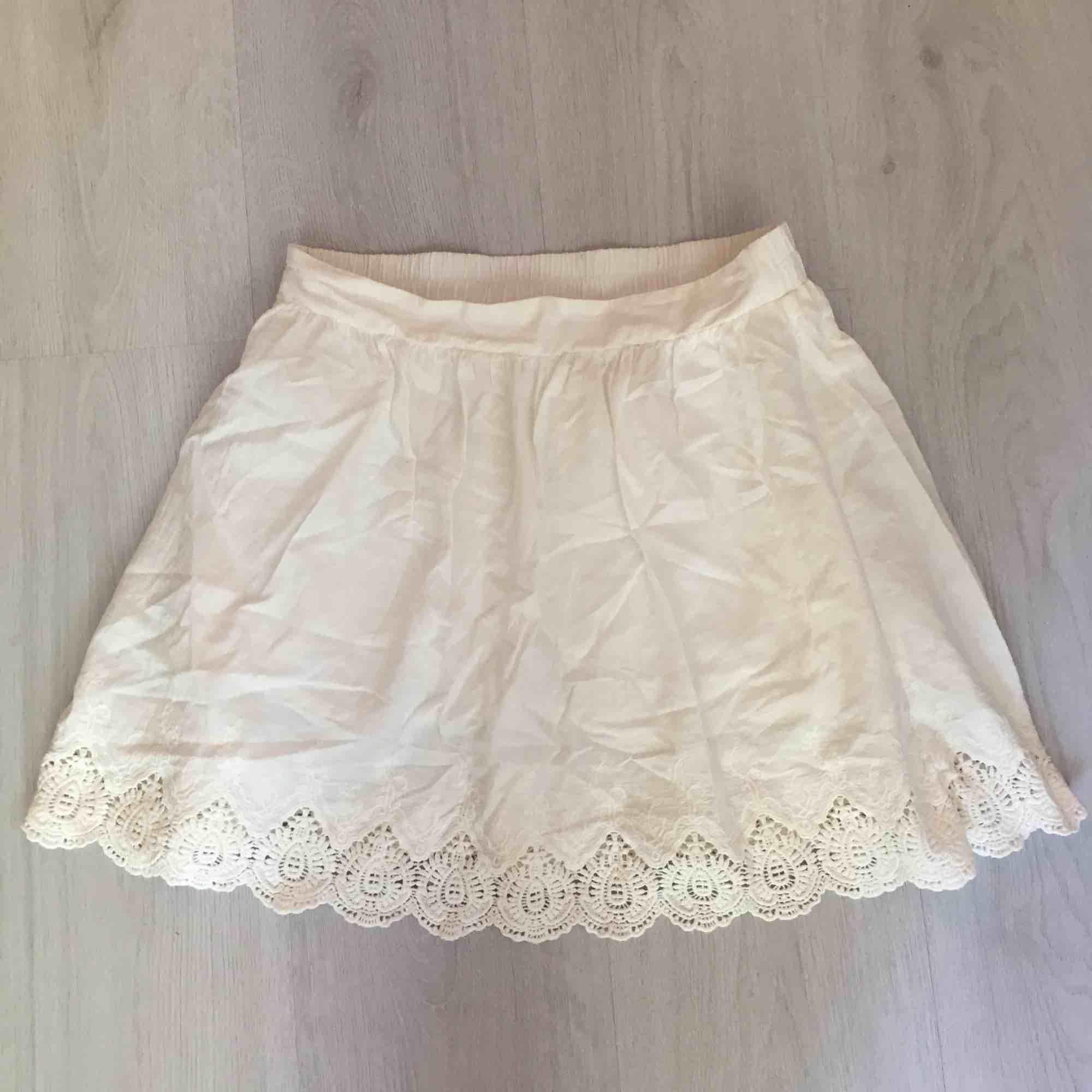 Vit somrig kjol från ONLY i storlek 36. Mycket fint skick!  Skickas mot fraktkostnad eller möts upp vid Fridhemsplan.. Kjolar.