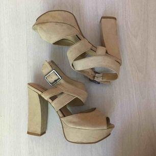 Superfina klackskor från Din sko, använda vid endast 4 tillfällen. Storlek 37 med 3,5cm platå och 11,5cm klack. Några fläckar på insidan som syns på bild nr. 3.   Kan skickas mot fraktkostnad eller mötas vid Fridhemsplan.