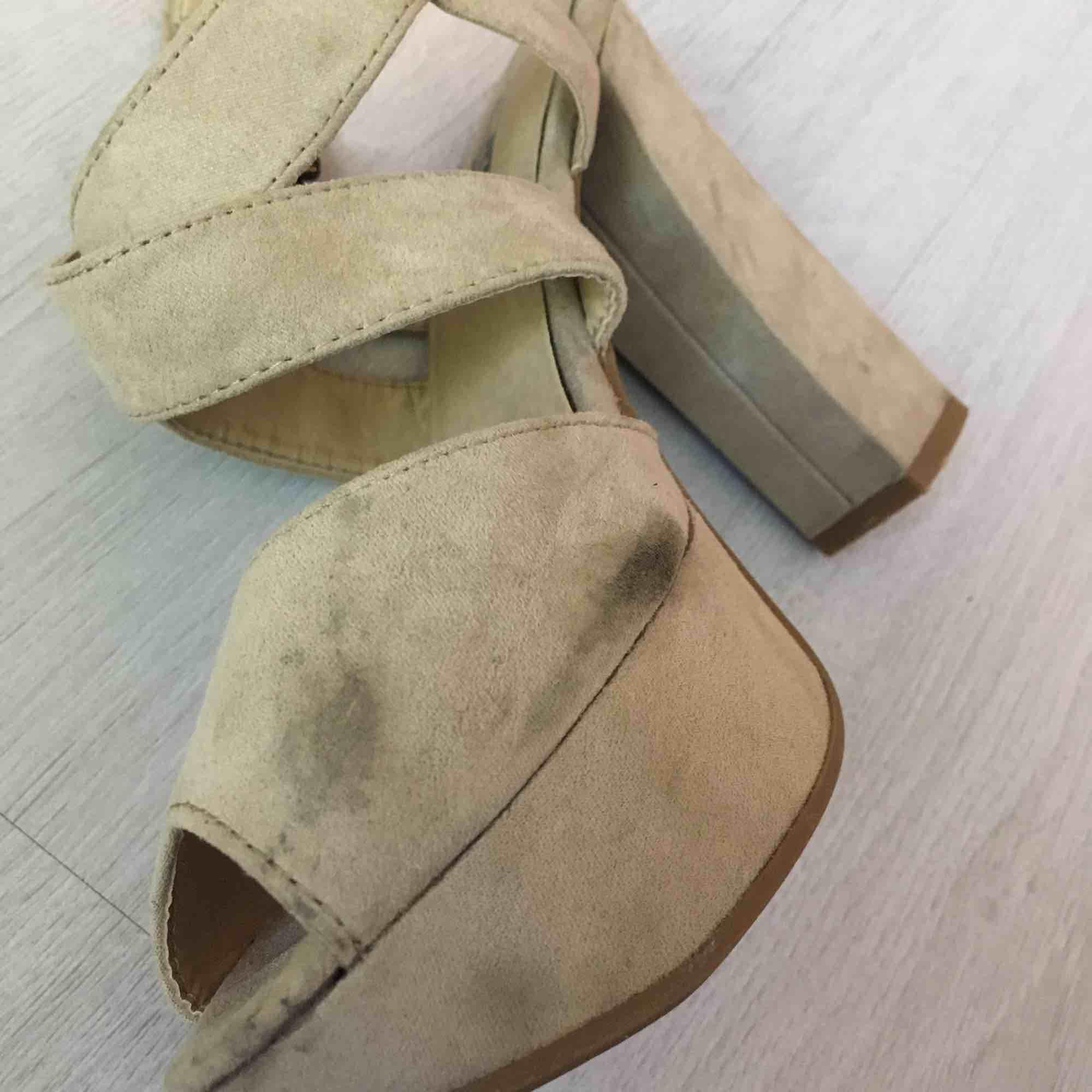 Superfina klackskor från Din sko, använda vid endast 4 tillfällen. Storlek 37 med 3,5cm platå och 11,5cm klack. Några fläckar på insidan som syns på bild nr. 3.   Kan skickas mot fraktkostnad eller mötas vid Fridhemsplan.. Skor.