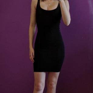 Svart kort klänning från Berscha i storleken S. Men kommer även passa en xxs, xs.  Perfekt till fest! Man kan ha på sig den åt BÅDA hållen, antingen med dragkedjan fram eller dragkedjan bak.         MÖTS I STHLM, annars tillkommer frakt