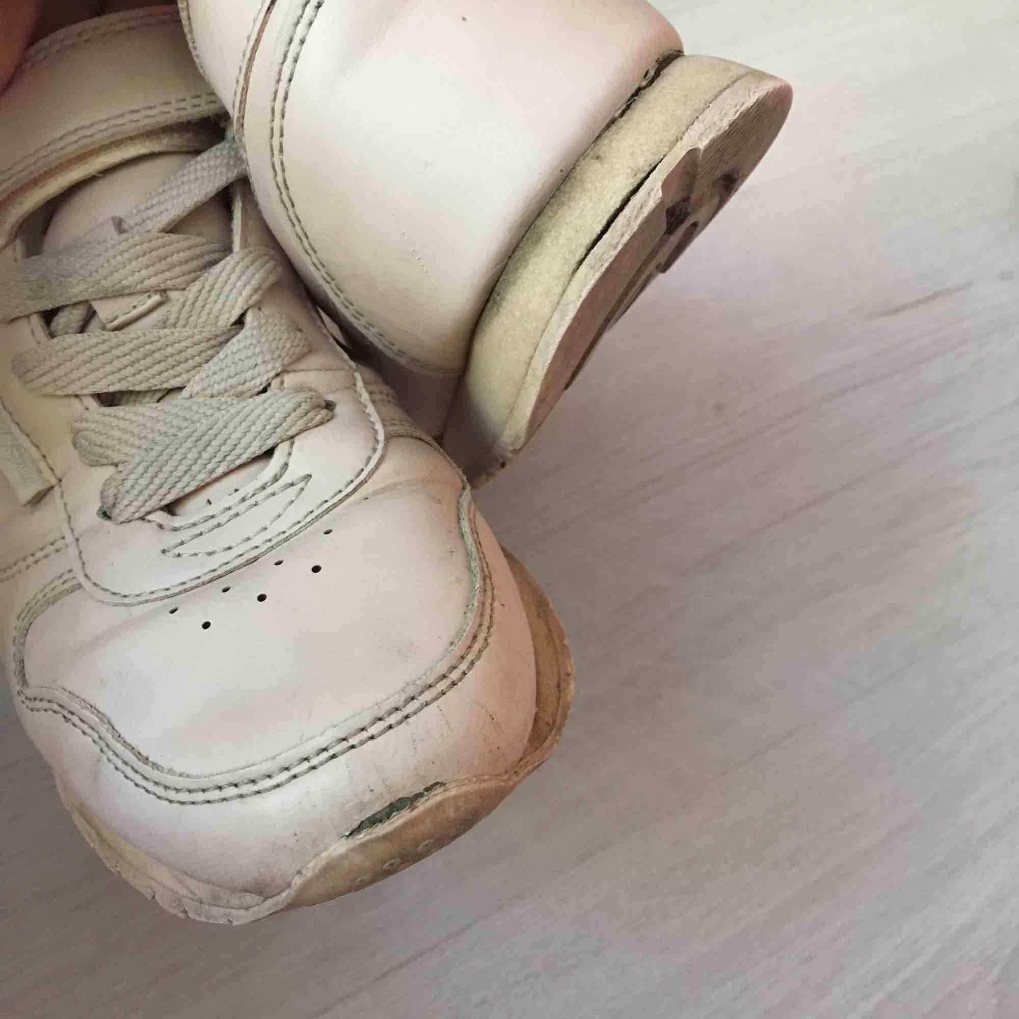 Sneakers i storlek 36, supersköna och använda en säsong. Sulan har släppt något, se bild nr. 3.  Skickas mot fraktkostnad eller möts upp vid Fridhemsplan.. Skor.