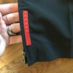 Klassiska Prada track pants i nylon look.  Knappt använda.  Äkta.  10/10 condition.  Köpare betalar för frakt eller så möts vi upp i Stockholm.