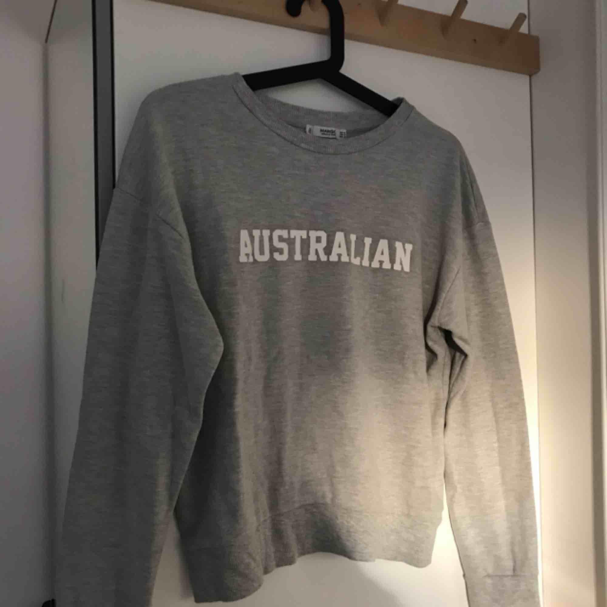 Grå sweatshirt från Mango. Använd fåtal gånger. Storlek M men passar S. . Tröjor & Koftor.